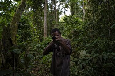 Hunters in the Tumba-Ledima Reserve africa,people,man,horizontal,forest,hunting,environment,hunter,hunters,congo,forests,rainforest,rainforests,drc,rdc,democratic republic of congo,tumba lediima reserve,hunters tools,gun,barrel,armed,po